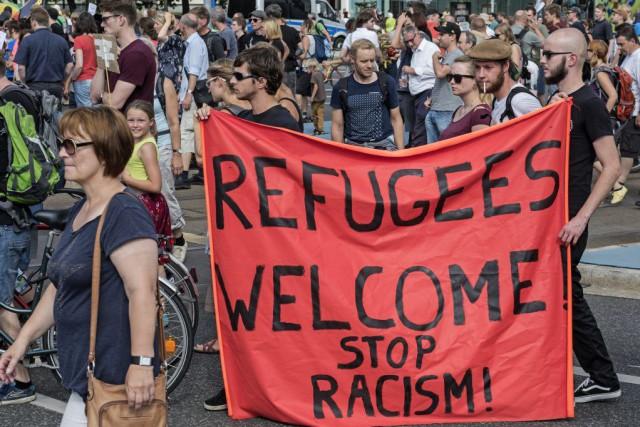 Photo provenant de cet article : http://www.lapresse.ca/international/europe/201508/29/01-4896354-allemagne-des-milliers-de-manifestants-disent-bienvenue-aux-refugies.php